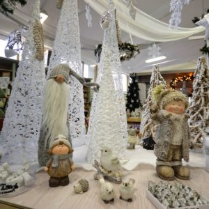 karácsonyi fák, kúpok havas