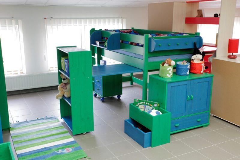 színes fenyőbútorok gyerek kék zöld