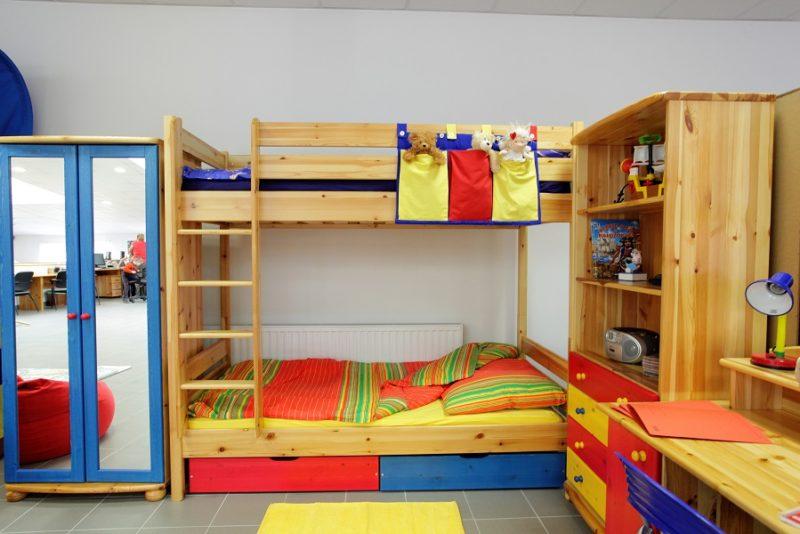 fenyő emeletes ágyak színes